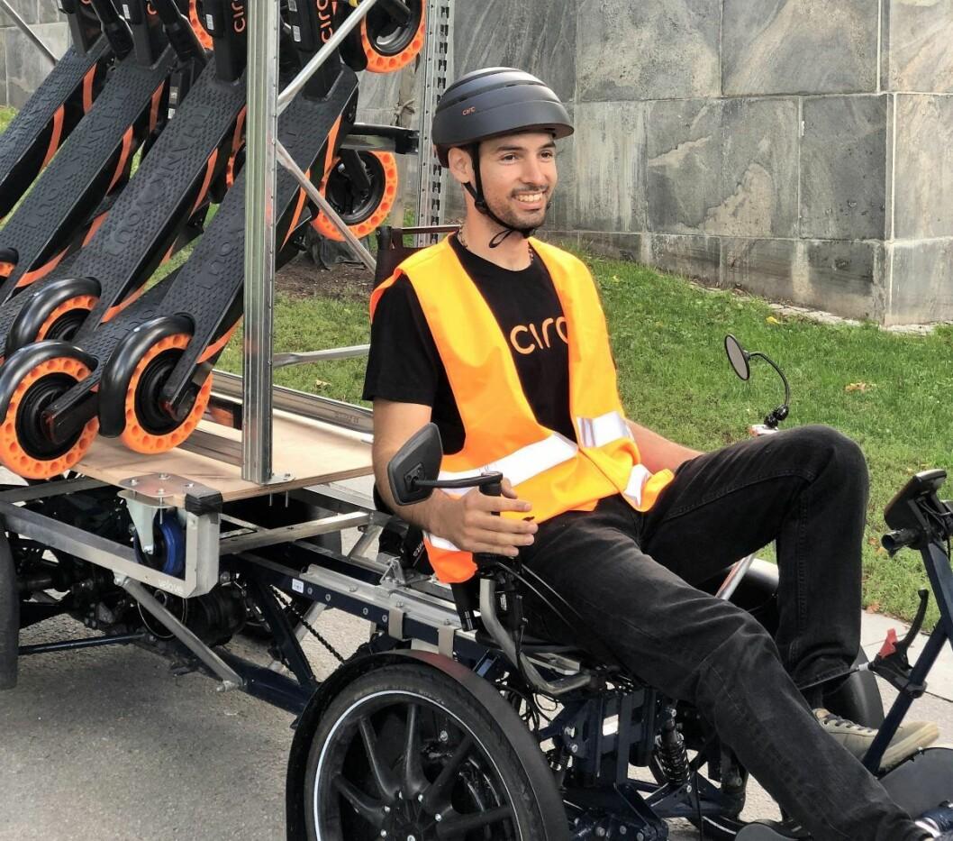Iløpet av høsten skal Circ ta i bruk varesykler for å samle inn elsparkesykler. Her er en tilsvarende doning i aksjon i Stockholm. Foto: Circ