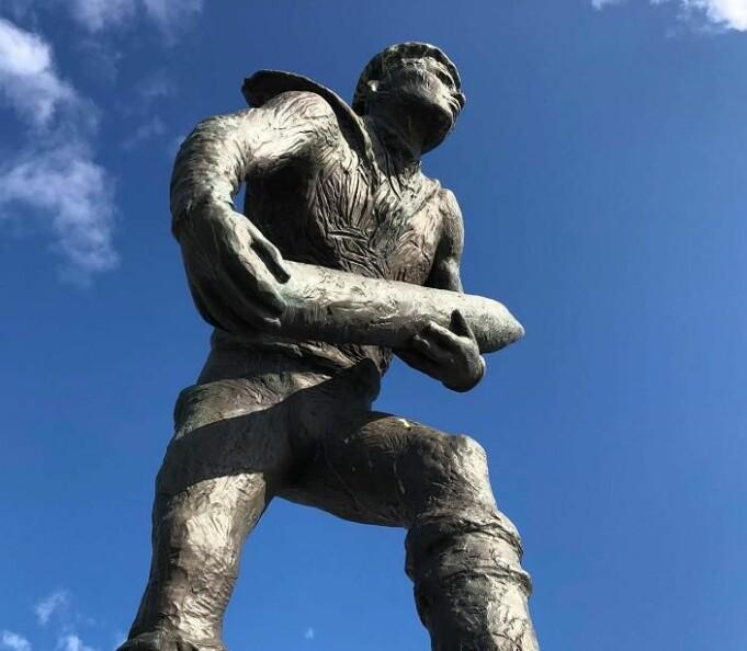 «Orlogsgasten» er laget av skulptøren Per Palle Storm og ble avduket av kong Harald i 1992. En kopi av monumentet står i Hermanville-sur-Mer i Normandie. Det ble også avduket av kong Harald V i 2004 ved 60 årsjubileet for invasjonen i Normandie.