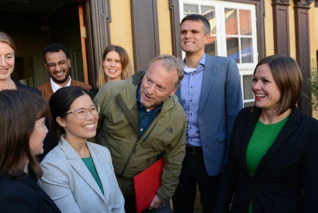 Lan Marie Berg (MDG), Raymond Johansen (Ap), Einar Wilhelmsen (MDG) og Hanna E. Marcussen (til h.) utenfor Mangelsgården i Storgata. Foto: Morten Lauveng Jørgensen