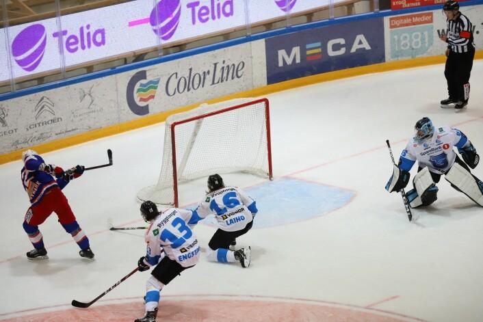 Martin Roimark på åpent mål i første periode, men vinkelen blir for skrå. Foto: André Kjernsli