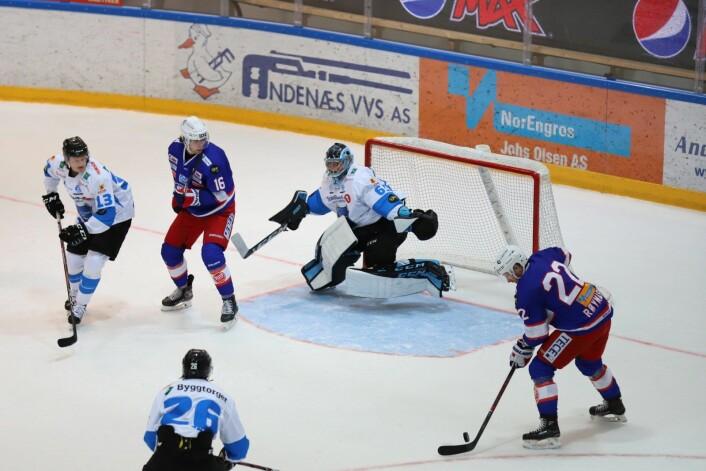 Pucken ruller over kølla til Martin Røymark, symptomatisk for kampen. Foto: André Kjernsli