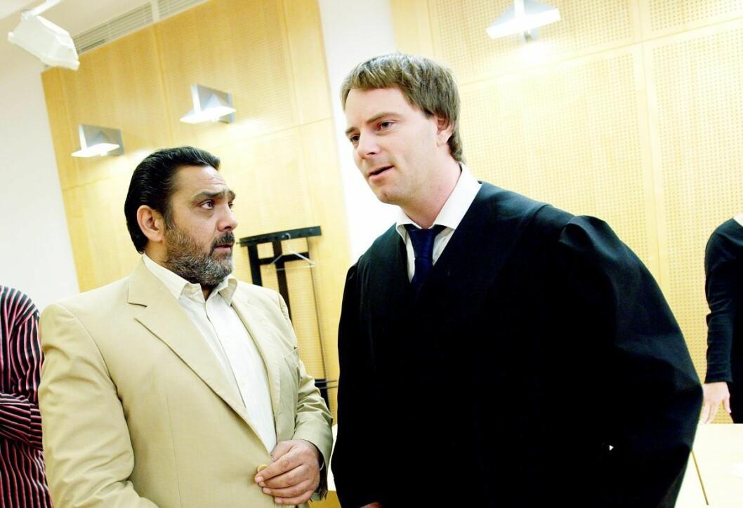 "Rene ""Roma"" Karoli fotgrafert med aktor, politiadvokat Per Håkon Sand (t.h.) under en rettssak i 2008. Foto: Stian Lysberg Solum / SCANPIX"