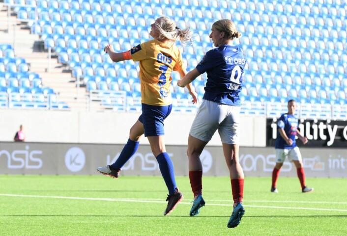 Vålerengas toppscorer Natasha Dowie har akkurat satt hodet på ballen og scoret sitt siste mål i norsk kvinnefotball. Foto: Christian Boger