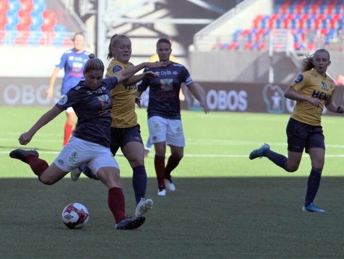 Vålerengaana Stefanovic gir Oslo-laget en 1-0-ledelse. Foto: Christian Boger
