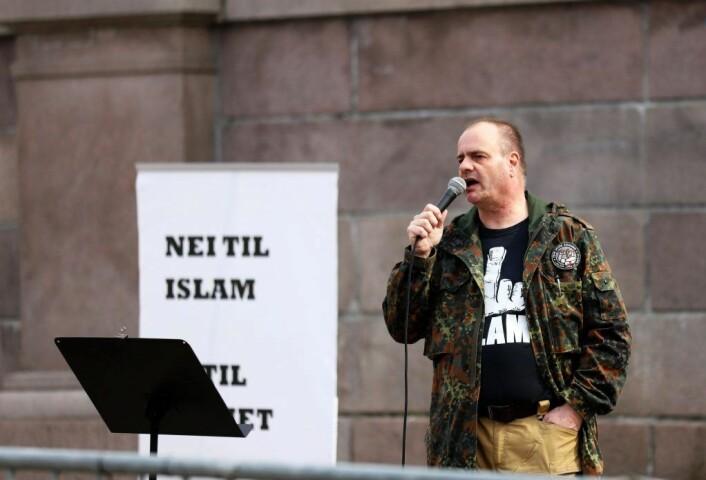 SIAN-leder Lars Thorsen fotografert foran Stortinget under en tidligere markering. Foto: Morten Lauveng Jørgensen