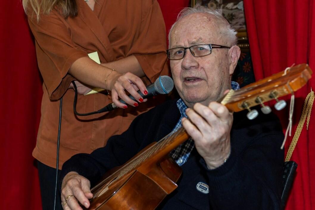 Med fyldig og god bassrøst synger Eivind Karlsen Lykkeliten til eget akkompagnement. Det godt å få vise hva en kan,og det gjør også godt med applaus. Foto: Morten Lauveng Jørgensen