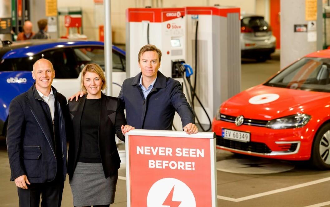 Christina Bu fra Elbilforeningen foretok den offisielle åpningen. Her sammen med Circle Ks norgessjef Sverre Rosén (t.v) og Håkon Stiksrud, direktør for e-mobility i Circle K. Foto: Terje Borud