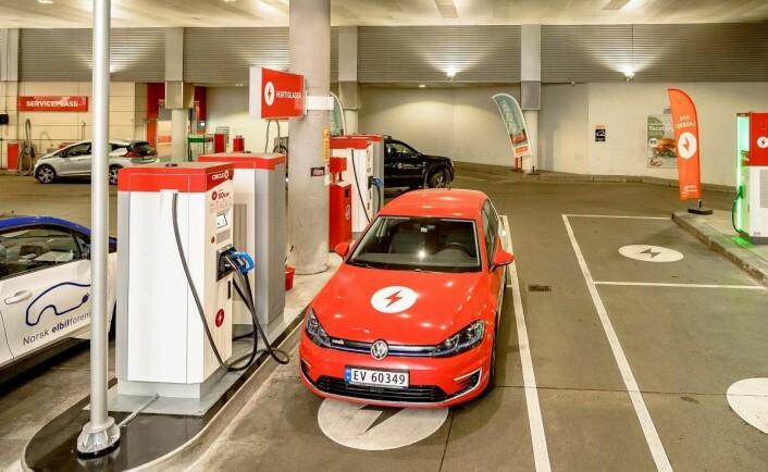 Historisk begivenhet. Første hurtiglader for elbil har tatt plassen til en drivstoffpumpe på Circle K Kiellands plass i Oslo. Foto: Terje Borud