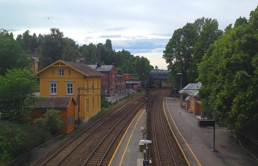 At sporet er sperret, skaper problemer for lokaltoget mellom Asker og Lillestrøm. Vy opplyser at strekningen mellom Alna og Oslo S er stengt for trafikk. Foto: kjetil r / Wikipedia