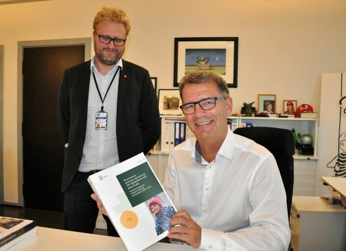 Finansbyråd Robert Steen (Ap) og byrådssekretær Vegar Andersen (Ap) med Oslos kommunebudsjett for 2020 og økonomiplanen frem til og med 2023. Foto: Arnsten Linstad