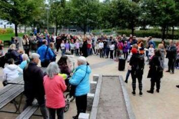 Mange møtte opp for å skue den nye ballplassen. Foto: Mads B. Nakkerud