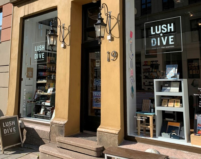 Nesten opp mot Sannergata ligger den fysiske butikken som selger penner og papir. Foto: Roar Smelhus