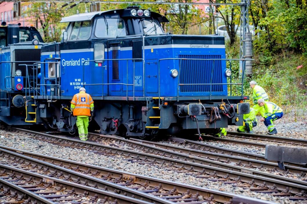Skiftelokomotiv sporet av ved Bryn stasjon i Oslo onsdag morgen. Bane Nor opplyser at det tar tid å reparere skadene og varsler en ny oppdatering søndag. Foto: Stian Lysberg Solum / NTB scanpix