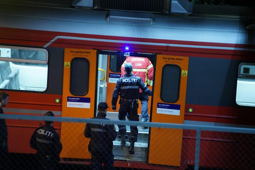 Et lokaltog ble evakuert og vognsettet ble stående på Nordstrand stasjon i Oslo etter et mulig funn av en håndgranat torsdag kveld. Foto: Fredrik Hagen / NTB scanpix
