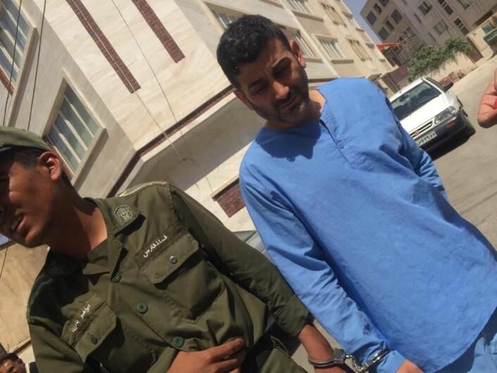 Her blir Sorab ført bort i håndhjern, kort tid etter ankomst i Iran. Foto: Privat