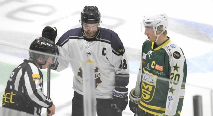 Det å sparke pucken i mål er ikke tillatt i hockey. Her diskuterer Grüner-kaptein Sebastian Skaar og hans MS-motpart det annullerte målet med en av dommerne. Foto: Christian Boger