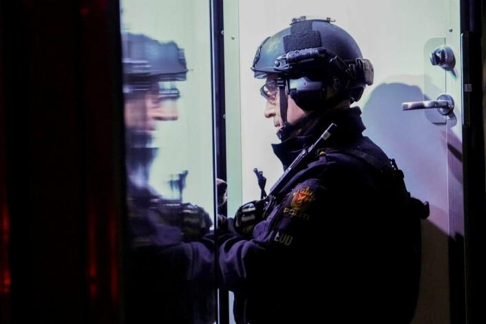Bombegruppa til politiet ble tilkalt til toget. Foto: Fredrik Hagen / NTB scanpix