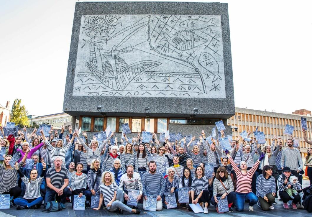 Oslo kommune sendte fredag inn klage på riving av Y-blokka til Fylkesmannen. Rivingen kan ikke starte før Fylkesmannen har avgjort saken. Her er demonstranter samlet foran blokka i år for å markere motstanden mot vedtaket om riving. Foto: Ole Berg-Rusten / NTB scanpix