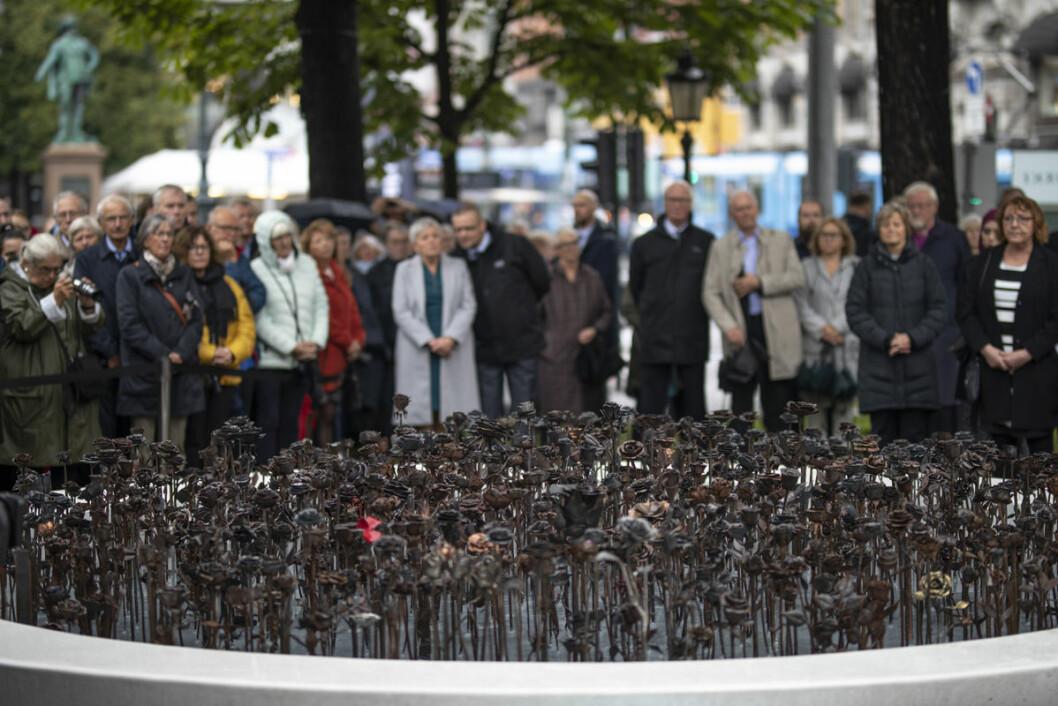 Lørdag ble minnesmerket jernrosene avduket ved Oslo domkirke. Foto: Olav Helland