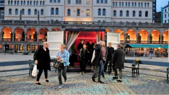 Magnus Jung-Kopperud var godt fornøyd med publikumsreaksjonene under kunstutstillingen på Youngstorget. Foto: Jina Chang