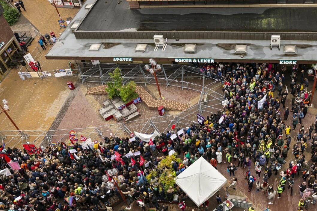 Rundt 1000 mennesker sendte en klar melding til Sian om at de ikke var velkomne på Tøyen. Foto: Morten Lauveng Jørgensen
