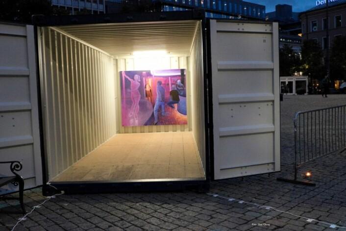 I to rom kunne publikum se Magnus Jung-Kopperuds malerier med motiver fra en strippeklubb. Er dette kunst, eller erotikk? ville kunstneren vite. Foto: Jina Chang