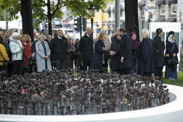 Biskop i Oslo bispedømme, Kari veiteberg, hilser på kronprins Haakon Magnus. Foto: Olav Helland