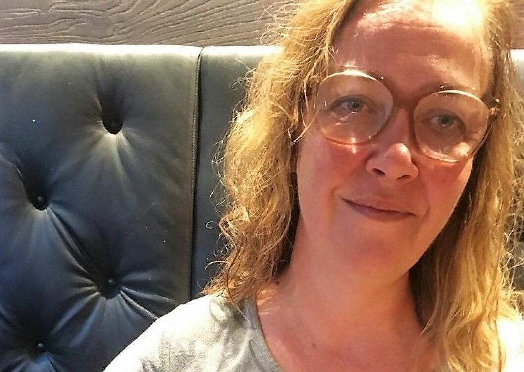 Trude Håland ble klissvåt da frisør Merete Hodne kastet øl på henne under demonstrasjonen mot Sian i går. Foto: Privat