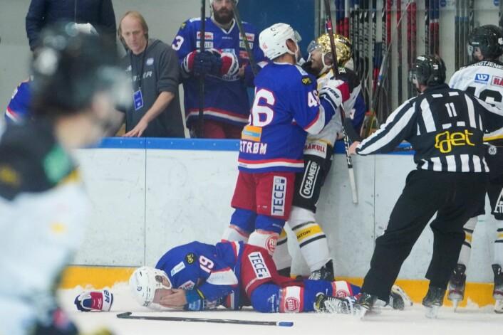 Vålerengas Jonas Oppøyen ligger nede med skade etter en takling fra Mathias Trettenes (t.h). Foto: Fredrik Hagen / NTB scanpix