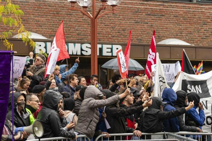 Lokalbefolkningen stilte massivt opp mot Sians markering på Tøyen torg. Refrenget var at Sian ikke var velkomne på Tøyen. Foto: Morten Lauveng Jørgensen