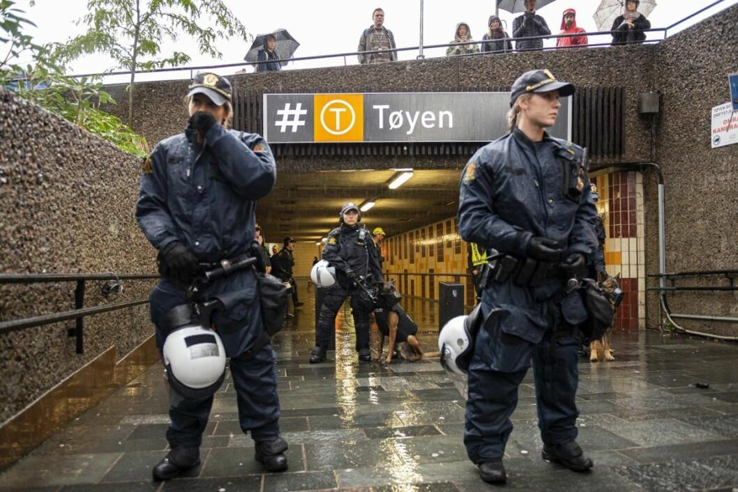 Massivt politioppbud på Tøyen torg. Foto: Morten Lauveng Jørgensen