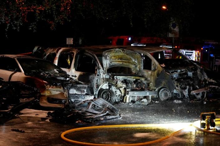 Politiet i Oslo opplyste først om brann i én bil i Ulvenveien, men opplyste like etter at det var snakk om fem biler. Foto: Fredrik Hagen / NTB scanpix