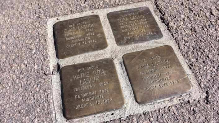 Snublesteinene til familien Lasnik i Hertzbergsgate 7B. Flere steder i Oslo er det lagt ned steiner til mine om norske jøder som ble drept i Holocaust. Foto: Thor Langfeldt