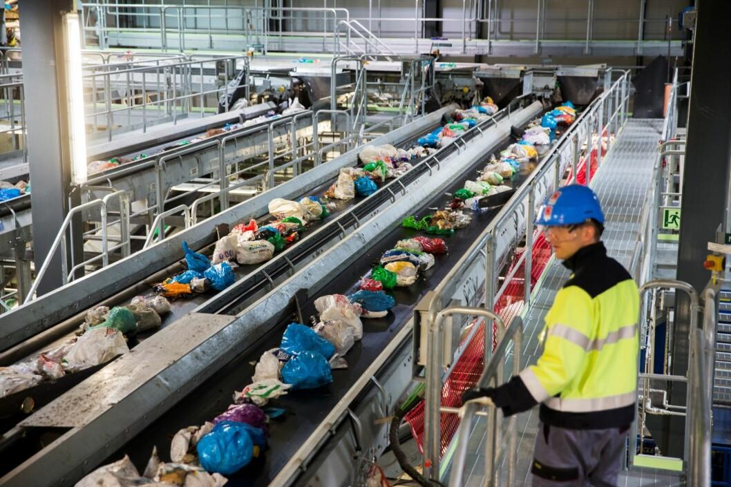 Forbrenningsanlegget på Klemetsrud sorterer søppel fra privathusholdning. Plasten i blå poser går til Tyskland. Foto: Berit Roald / NTB scanpix