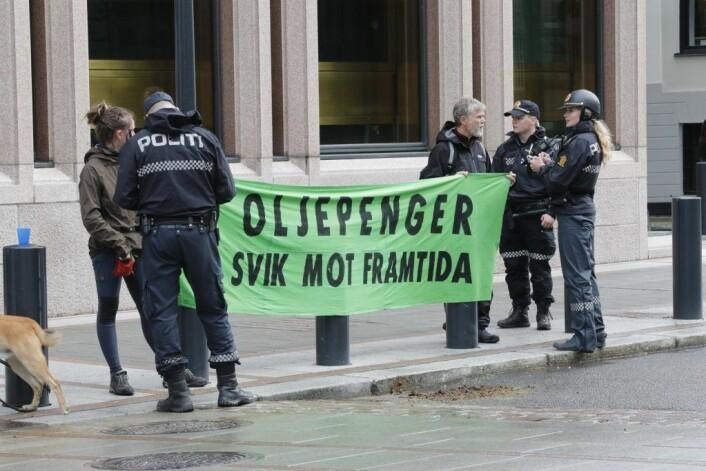 Aksjonistene fra Extinction Rebellio som sto utenfor Norges Bank er ikke bøtelagt etter saken i tingretten. Foto: Terje Bendiksby / NTB scanpix