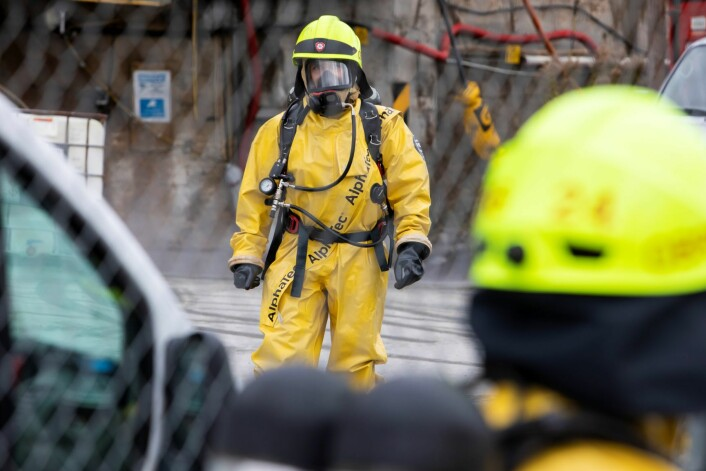 Brannmannskaper sjekket en tank med potensielt giftig innhold som det var gått hull i på Sjursøya i Oslo. Foto: Tore Meek / NTB scanpix