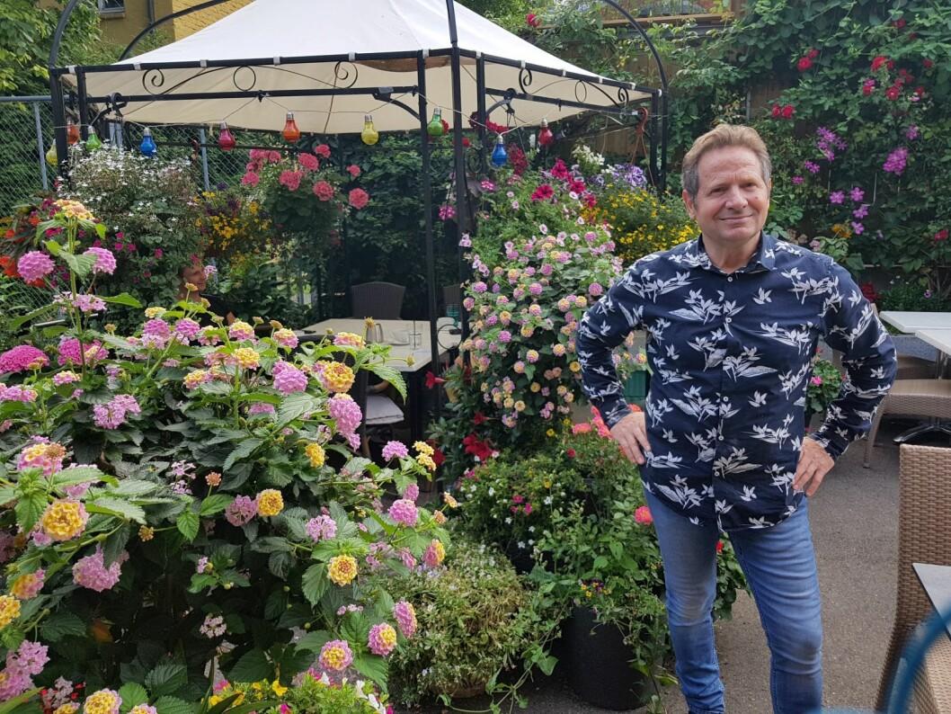 Jusuf Kastrati, fra Memphis cafe og restaurant, er en av de glade prisvinnerne av Oslo kommunes hagepris. Foto: Thomas Bartholdsen