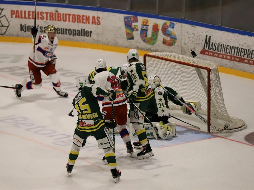Thomas Olsen (med gullhjelm) markerer helt korrekt for VIF-scoring mot slutten av andre periode. Foto: André Kjernsli