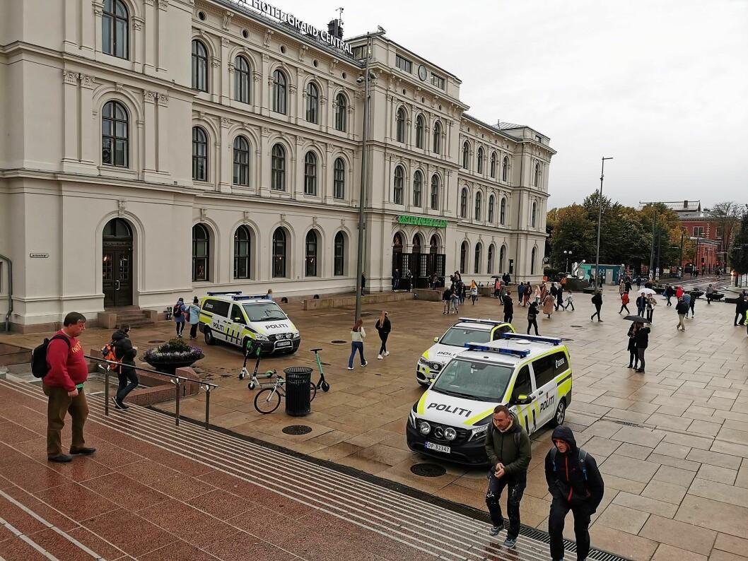 Seks politibiler og to hundepatruljer rykket ut til slagsmålet som skjedde på Oslo City. Foto: Christian Boger