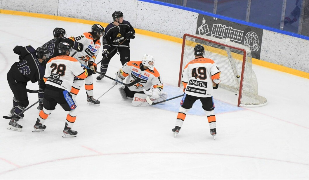 Grüners Kristian Kucera gir Grüner ledelsen 2-1 i kampen mot Frisk Asker. Det holdt desverre ikke helt inn. Askerlaget vant til slutt 3-2. Foto: Christian Boger