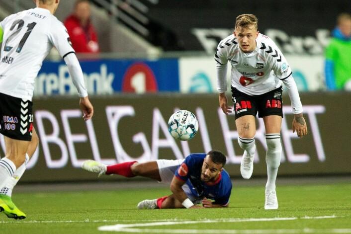 Odds venstreback Birk Risa ville ikke ha noe av at Vålerenga skulle bli første bortelag som tok med tre poeng fra Skien i år, og hamret inn 1-1 i det 93. minutt. Foto: Trond Reidar Teigen / NTB scanpix