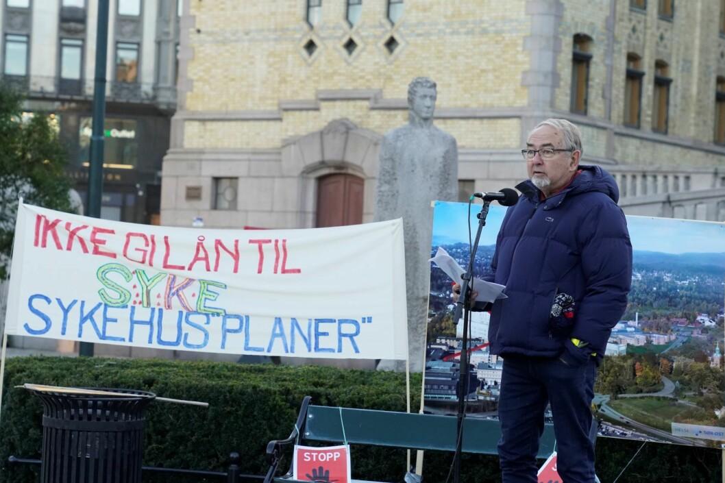 Leder for Rikshospitalets Venner, Hans Erik Heier taler under sykehusdemonstrasjonen utenfor Stortinget i forbindelse med at statsbudsjettet fremlegges. Foto: Fredrik Hagen / NTB scanpix