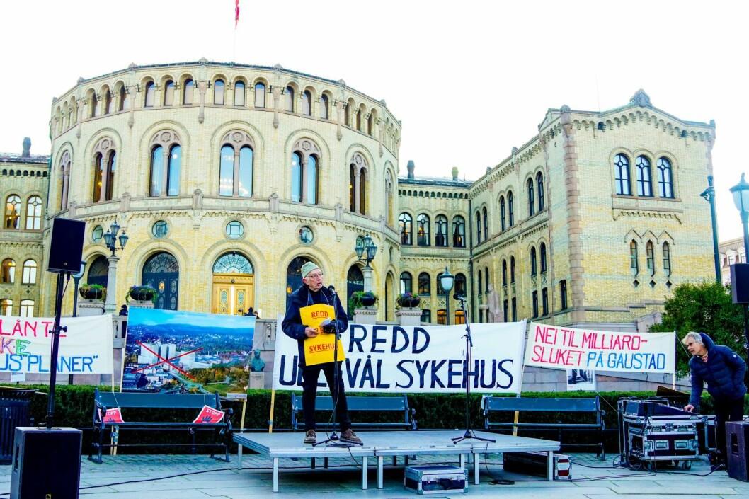 Leder for folkebevegelsen Redd Ullevål Sykehus, Rolf Kåresen, taler under sykehusdemonstrasjonen utenfor Stortinget i forbindelse med at statsbudsjettet fremlegges. Foto: Fredrik Hagen / NTB scanpix