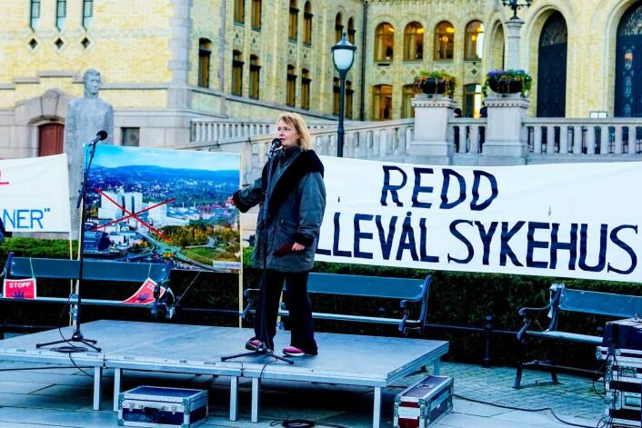 Nestleder for folkebevegelsen Redd Ullevål Sykehus, Lene Haug, taler under sykehusdemonstrasjonen utenfor Stortinget i forbindelse med at statsbudsjettet fremlegges. Foto: Fredrik Hagen / NTB scanpix