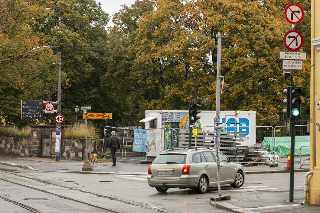 Bilister som kommer sørfra i Oslo gate, smetter også gjennom Bispegata. Dette er skoleveien for mange elever ved Gamlebyen skole. Foto: Morten Lauveng Jørgensen