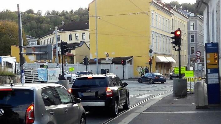 Bispegata er stengt for gjennomkjøring, og det er tydelig skiltet. Likevel blir den brukt av mange som kjører inn fra Oslo gate. Foto: Anders Høilund