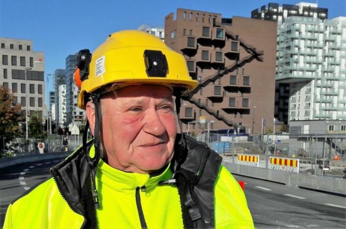 Trafikkdirigent Helge Klemp er frustrert over mange bilisters mangel på respekt for skiltingen i Gamlebyen. Foto: Anders Høilund