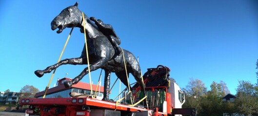 Gigantiske hesteskulpturer flyttet fra Øvrevoll til Aker Brygge. Se video
