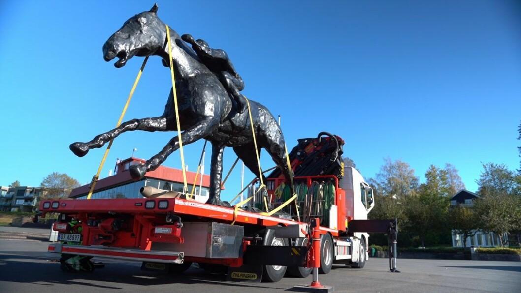 Flytting av en  tre tonn tung og flere meter høy hesteskulptur krever ikke bare spesialutstyr, men også stor bil. Foto: TBS Gallery