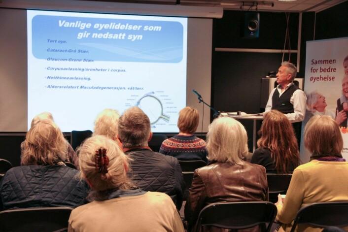 Optiker Per Sigurd Baalsrud holder foredrag om øyesykdommer og øyehelse. Foto: Norges Blindeforbund